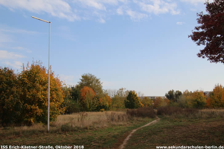 Brache an der Erich-Kästner-Straße, Blickrichtung Peter-Huchel-Straße (Oktober 2018)