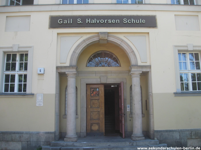 Gail S. Halvorsen Schule - Eingangsportal