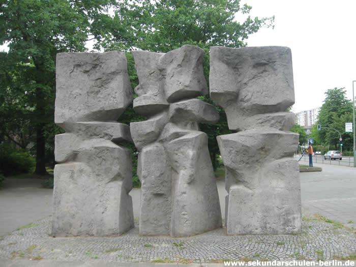 Steinskulptur von Günther Ohlwein vor der Helmholtz-Oberschule