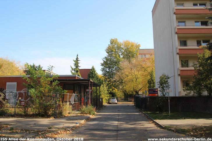 Einfahrt zum ehemaligen HTW-Campus, rechts im Bild ein Studentenwohnheim (Oktober 2018)