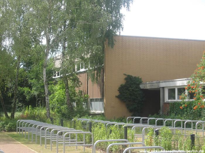 Martin-Buber-Schule, Fahrradständer vor der Sporthalle