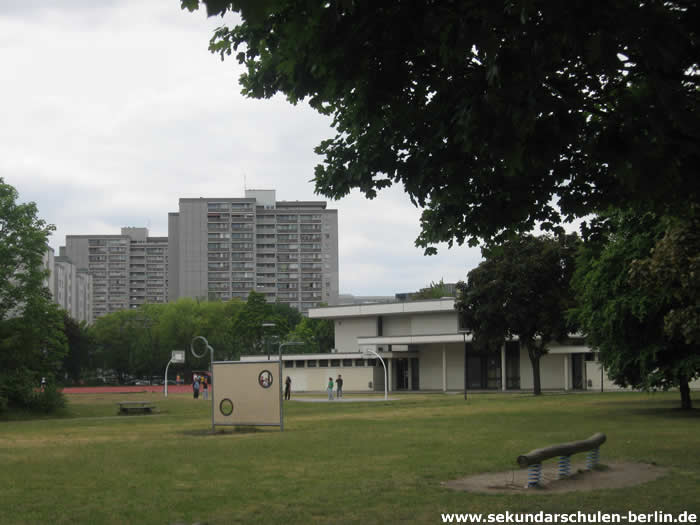 Walter-Gropius-Schule Sportplatz und Sporthalle